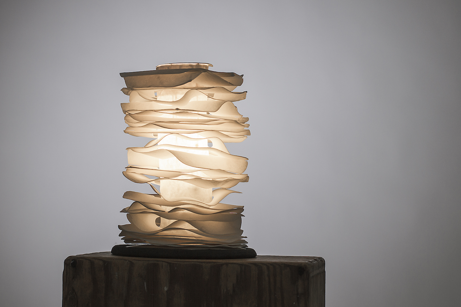 Cylindrical table lamp with wafer-like stacked porcelain layers